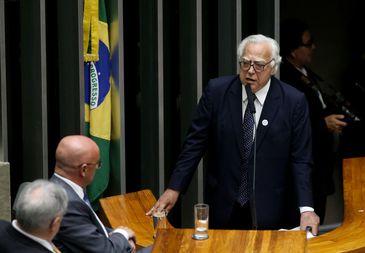 Brasília - Miro Teixeira discursa na sessão plenária para eleição do novo presidente da Câmara dos Deputados  (Wilson Dias/Agência Brasil)