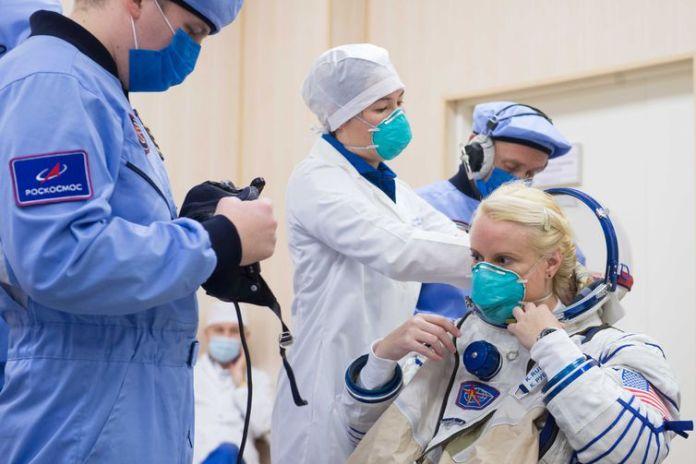 Kathleen Rubins, da NASA, membro da tripulação da Estação Espacial Internacional (ISS), observa durante a verificação do traje espacial no Cosmódromo de Baikonur