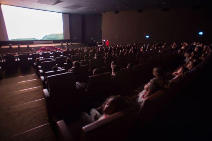 Crianças de escolas públicas do DF vão a sessão de cinema em mostra com temática infantil paralela ao Festival de Cinema de Brasília, que acontece no Cine Brasília( Marcelo Camargo/Agência Brasil)