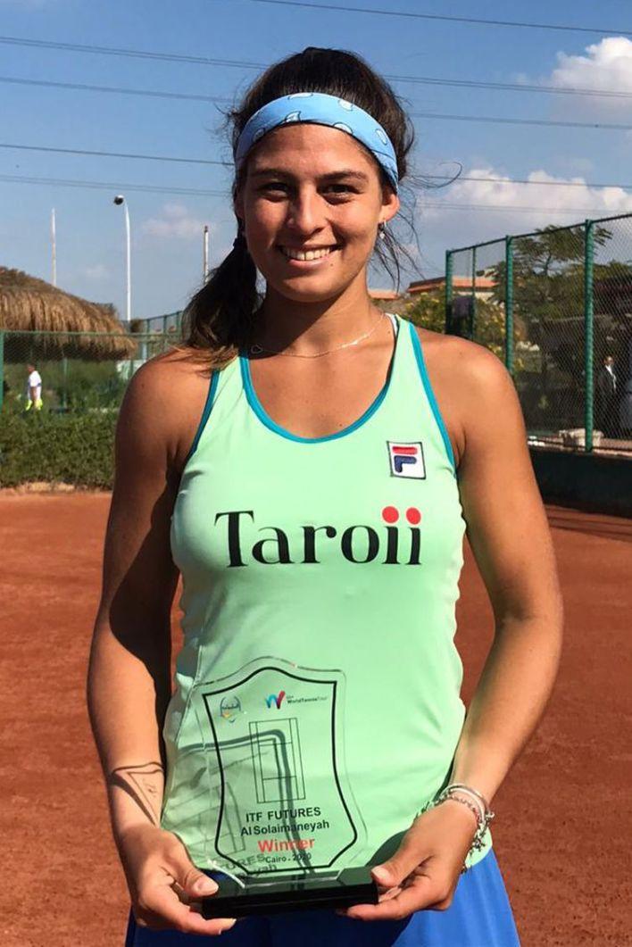 Carol Meligeni, tenista, com o troféu do ITF do Cairo