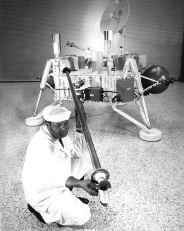 Um técnico checa os instrumentos do aterrissador da Viking 1
