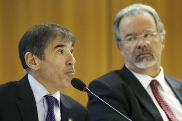 O representante da UNODC no Brasil, Rafael Franzini, e o ministro da Segurança Pública, Raul Jungmann, durante cerimônia de assinatura de protocolo de intenções para criação do Centro Internacional para Segurança Pública no Brasil.