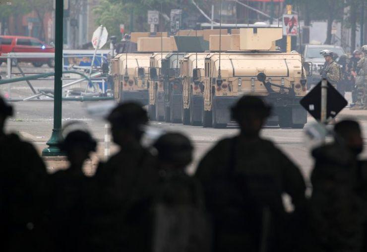 Veículo blindado e membros da Guarda Nacional dos EUA após protesto em Mineápolis