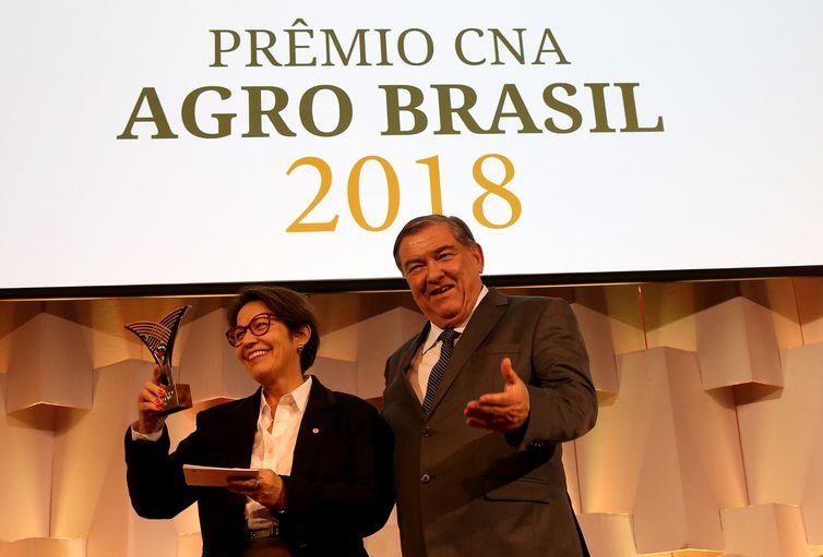 A futura ministra da Agricultura no governo de Jair Bolsonaro, Tereza Cristina, recebe o prêmio CNA Agro Brasil 2018, do presidente da Federação da Agricultura e Pecuária de Minas Gerais (Faemg), Roberto Simões.