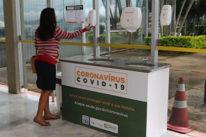 Ministério da Saúde instala pia na entrada do prédio para incentivar as pessoas a higienizarem as suas mãos