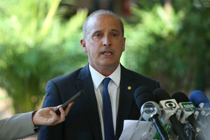 O ministro extraordinário do governo de transição do presidente eleito Jair Bolsonaro, Onyx Lorenzoni, fala à imprensa no Centro Cultural Banco do Brasil (CCBB), em Brasília.