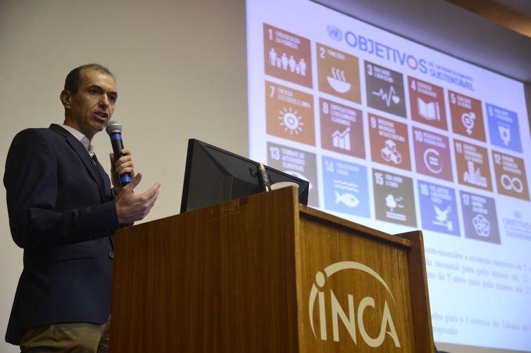 """O pesquisador do Instituto Nacional de Câncer (Inca), André Szklo, no lançamento do estudo inédito """"Legislação de Ambientes Livres de Fumaça de Tabaco e Mortalidade Infantil""""."""