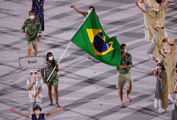 O jogador de voleibol Bruninho e a judoca Ketleyn Quadros foram os porta-bandeiras do Time Brasil.