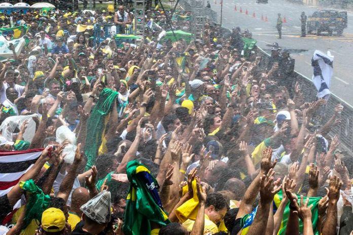 Público acompanha a posse de Bolsonaro na Praça dos Três Poderes.