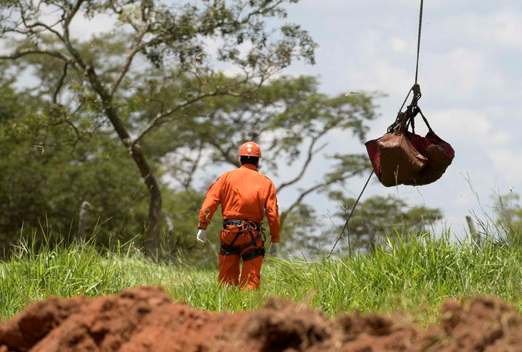 A body recovered after a tailings dam owned by Brazilian mining company Vale SA collapsed is suspended from a helicopter, in Brumadinho, Brazil January 28, 2019.  REUTERS/Washington Alves