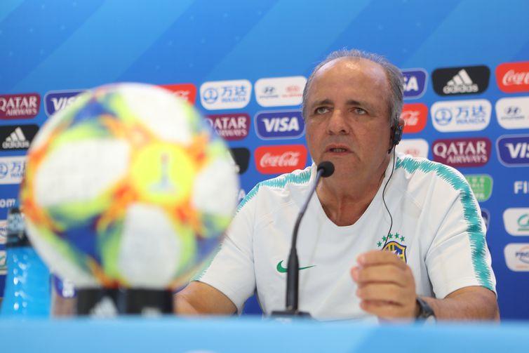 Técnico da Seleção Brasileira de Futebol Feminino, Vadão, participa de entrevista coletiva na Copa da França - 2019.
