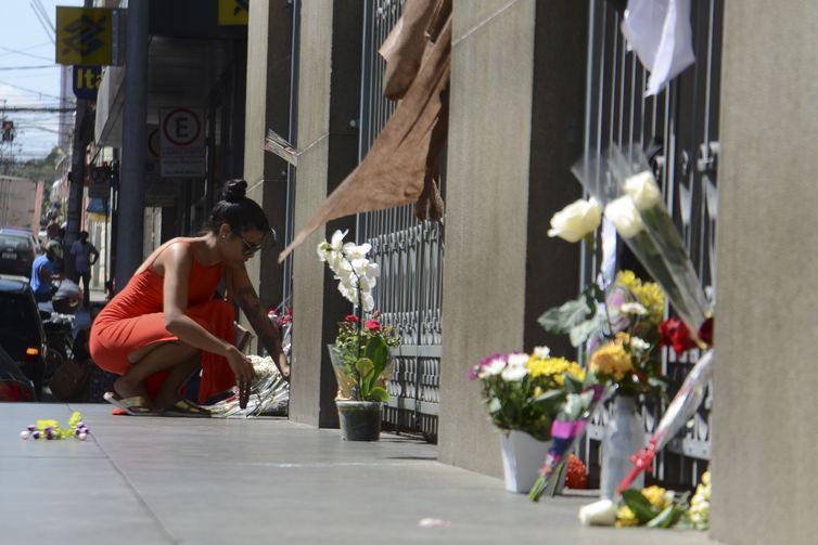 Flores são colocadas em frente à Catedral Metropolitana de Campinas em homenagens as vítimas mortas durante a missa de ontem (11).