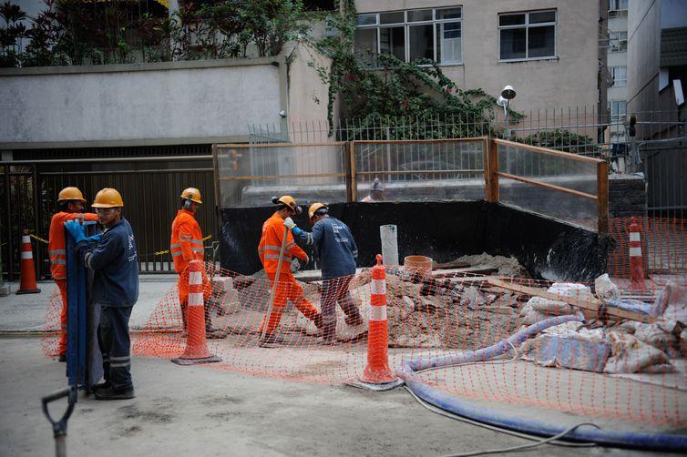 Rio de Janeiro - Devesa Civil afirmou que não há riscos nas estruturas dos prédios da rua onde calçada cedeu por conta das obras da construção da linha 4 do metrô, em Ipanema, zona sul do Rio.
