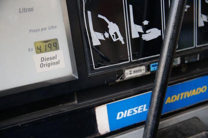 Greve de caminhoneiros causa desabastecimento de combustível em postos de gasolina da cidade de Teresópolis, na região serrana do Rio de Janeiro.