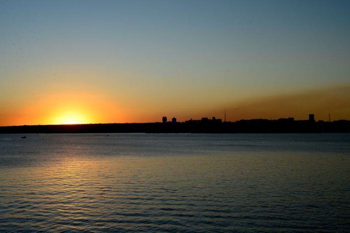 Pôr do sol no Lago Paranoá em Brasília, que completa 87 dias sem chuva