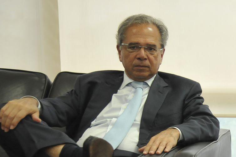 O economista Paulo Guedes, que assumirá, no governo de Jair Bolsonaro (PSL), o recém-criado Ministério da Economia, se reúne com o atual ministro da Fazenda, Eduardo Guardia