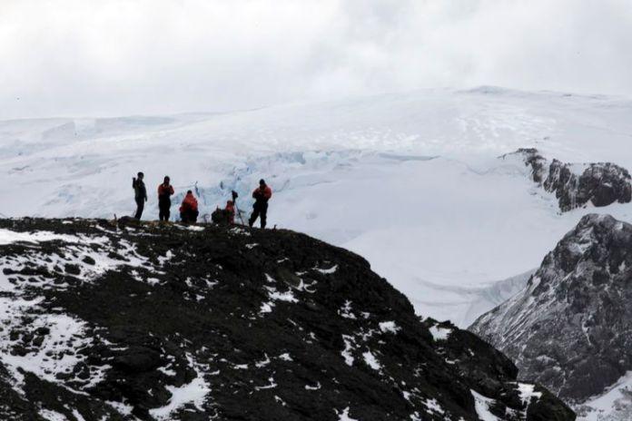 Estação Antártica Comandante Ferraz é uma base antártica pertencente ao Brasil localizada na ilha do Rei George, a 130 quilômetros da Península Antártica, na baía do Almirantado, na Antártida
