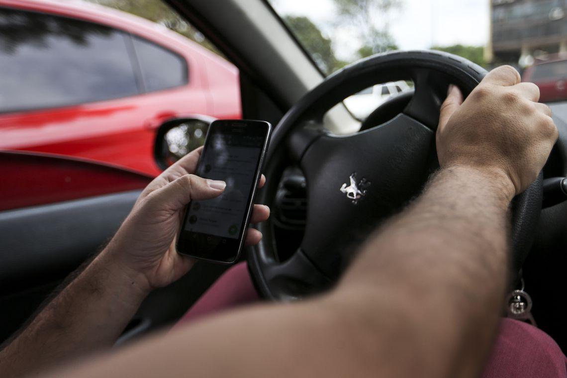 Resultado de imagem para pessoas de moto usando celular nas ruas