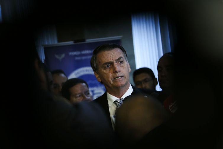 O presidente eleito, Jair Bolsonaro, conversa com jornalistas após visita ao Comando da Aeronáutica,em Brasília