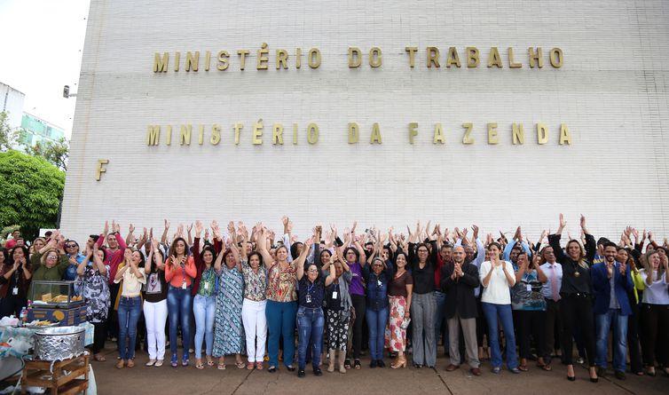 """Servidores fazem um """"abraço simbólico""""  em defesa da permanência do Ministério do Trabalho."""