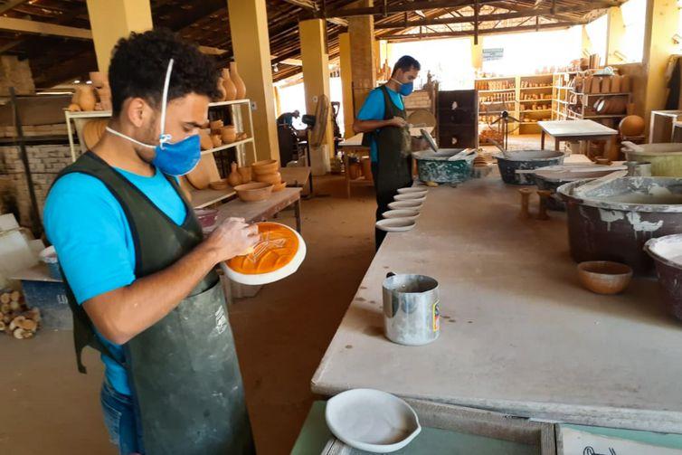 Artesãos  trabalham numa oficina que fica na região do Parque Nacional Serra da Capivara, produzem, pratos, vasos, copos entre outros itens de argila que ganham desenhos rupestres