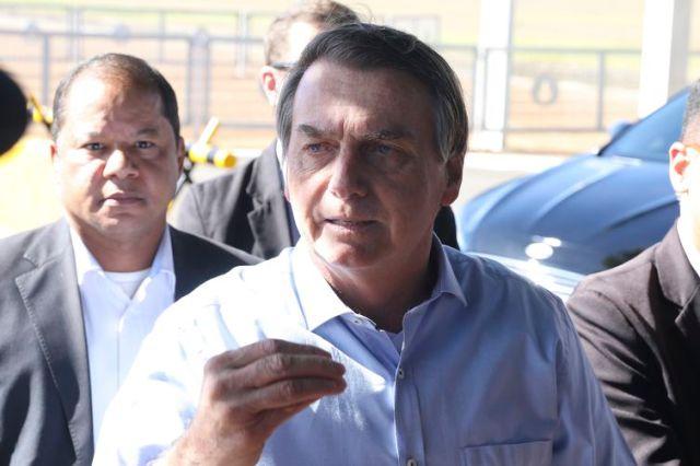 O presidente Jair Bolsonaro fala à imprensa no Palácio da Alvorada.