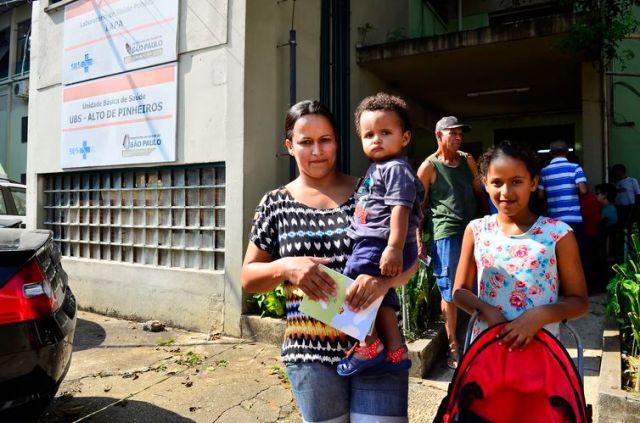 São Paulos - Regiane Vieira da Silva, 30 anos, no primeiro dia de vacinação de idosos, gestantes e crianças de 3 meses a 5 anos na Unidade Básica de Saúde Alto de Pinheiros, zona oeste  (Rovena Rosa/Agência Brasil)
