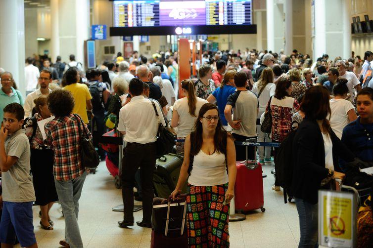 Movimentação no Aeroporto Santos Dumont na antevéspera de Natal.(Tânia Regô/Agência Brasil)