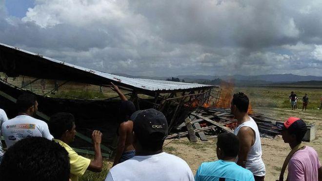 BRA05. PACARAIMA (BRASIL), 18/08/2018.- Ciudadanos brasileños se manifiestan contra la presencia de inmigrantes venezolanos hoy, sábado 18 de agosto de 2018, en la localidad fronteriza de Pacaraima (Brasil). Un grupo de brasileños se manifestó