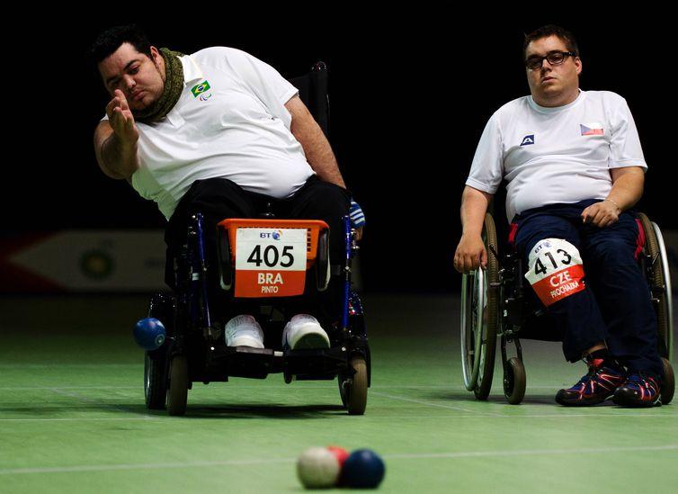 Dirceu Pinto em lançamento de bocha nas Paralimpíadas de Londres 2012.
