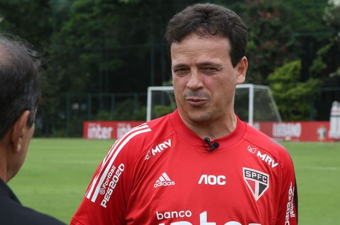Diniz deixa São Paulo após 77 jogos, sendo 35 vitórias, 21 empates e 21 derrotas.