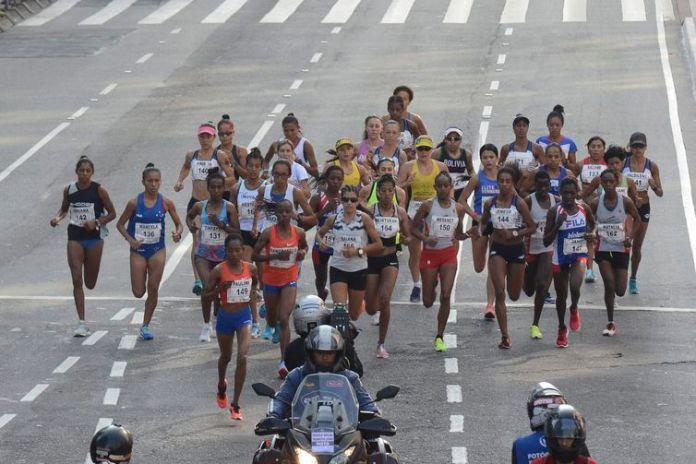 Largada da Corrida Internacional de São Silvestre na Avenida Paulista, em São Paulo.