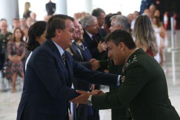 O Presidente Jair Bolsonaro, cumprimenta os Oficiais-Generais promovidos, durante solenidade no palácio do planalto