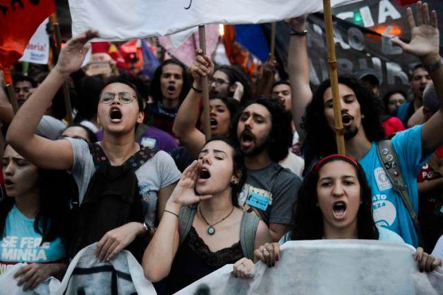 Rio de Janeiro - Estudantes e profissionais de educação pública fazem manifestação no centro da cidade em protesto contra a política educacional do governo federal. (Fernando Frazão/Agência Brasil)