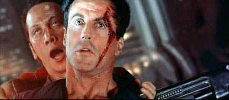 Juiz Stallone encoxado por Rob Schneider no filme de 1995