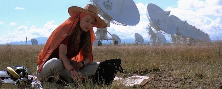 Jodie Foster no papel de Ellie Arroway na adaptação para o cinema.