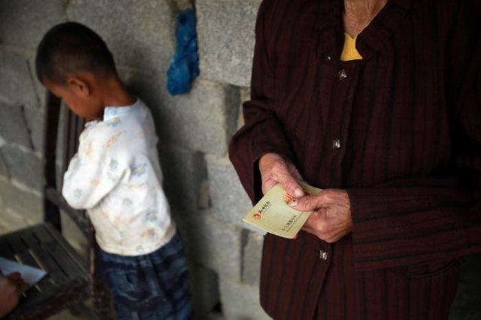 Garoto chinês de 6 anos banido pela sociedade 13