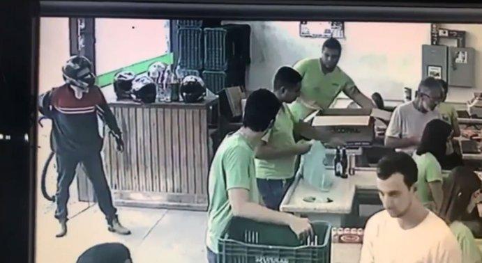 Ninguém esboçou reação depois que suspeito anunciou assalto