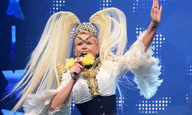 Xuxa usou e abusou dos figurinos no show durante a madrugada / Foto: divulgação