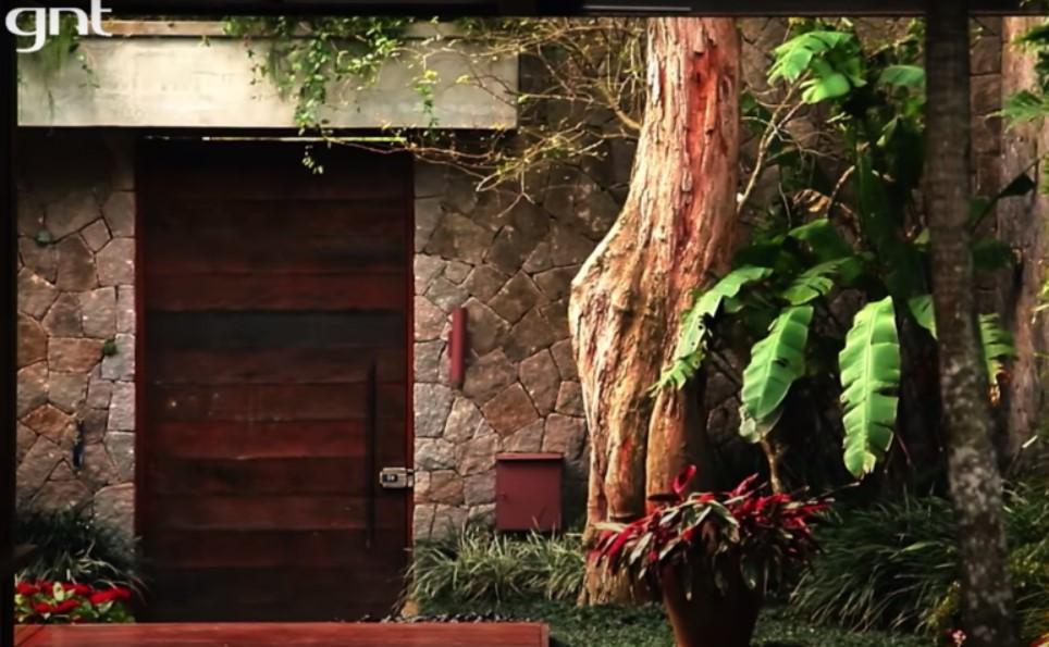 Pedro Bial mostra mansão com pau-brasil de 100 anos no jardim e sofá  avaliado em R$ 120 mil - Blog Social 1