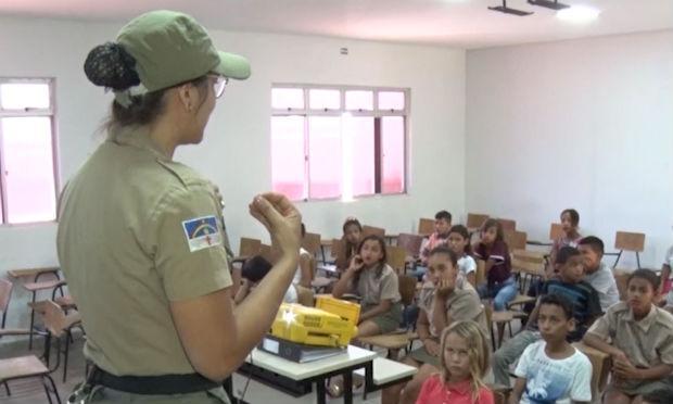 Crianças e adolescentes foram orientados quanto ao funcionamento do batalhão / Foto: reprodução/TV Jornal
