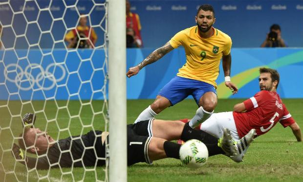 Gabigol marcou duas vezes na goleada brasileira. / Foto: AFP.
