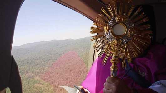 Arzobispo de Toluca bendice a su pueblo desde las alturas