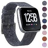 CAVN Fitbit Versa Cinturino Tessuto, Sostituzione Cinturino Fitbit Versa per le Donne Uomini Cinturino a Sgancio Rapido Orologio con Fibbia Regolabile in Metallo Inox per Fitbit Versa Smart Watch, Carbone