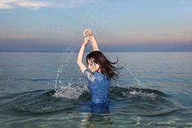 金子理江 写真集『ambiguous』 (【初回限定特典:オフショットチェキ ランダム封入】)