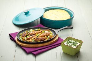 Cast-Iron-Fajita-Sizzler-with-Wooden-Stand