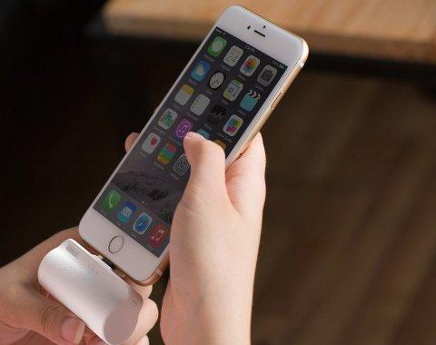 iWALK 超小型 モバイルバッテリー iPhone 3300mAh iPhoneに充電しているところ