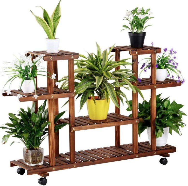 scaffale in legno per piante