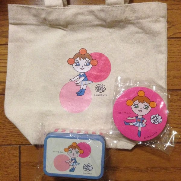 ミレーちゃんデザインのコットンバッグ、缶バッジ、缶ケースの写真