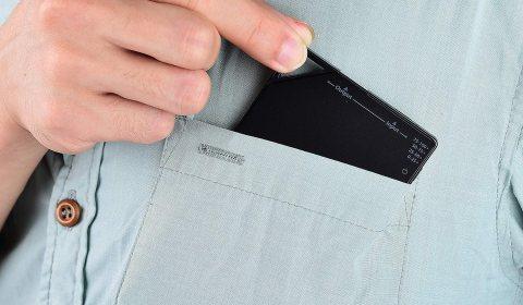 TNTOR 超薄モバイルバッテリー 5000mAh 胸ポケットに入れたところ
